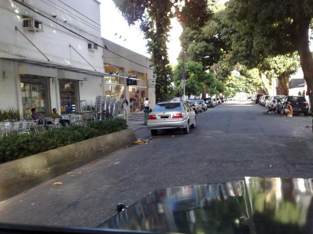 Doutor Moraes com a Brás de Aguiar. O cara simplesmente resolveu que vai no barzinho. Para o carro no meio da via, e, sentado, fica admirando-o!