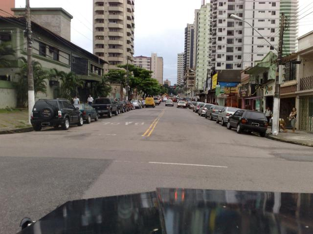 Almte. Wandenkolk. Todos os carros, eu disse, TODOS OS CARROS do lado esquerdo estão estacionados em fila dupla!