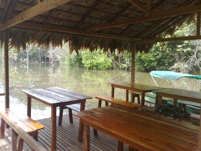 Malocas com mesas, sobre o lago