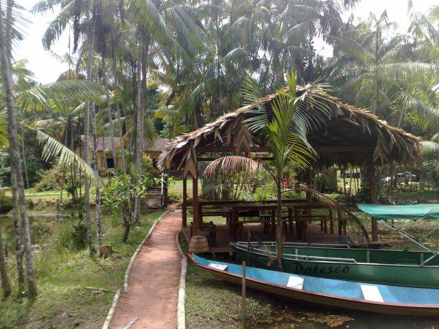 Malocas, mesas e canoas
