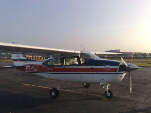 Ficha técnica: Fabricado até 1985, pela Cessna Aircraft Company. Velocidade de cruzeiro: 300 km/h.; Comprimento mínimo de pista necessário para decolagem: 850 Metros (Lotado / dias quentes / tanques cheios); Motorização: Continental IO 520 Aspirado (285 Hp); Consumo de combustível: 65 Litros / hora (85% potência); Teto de serviço: 5.000 Metros; Capacidade: 01 piloto e mais 05 passageiros;