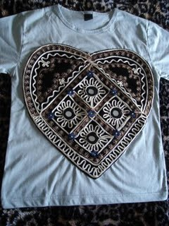 Baby look coração bordado